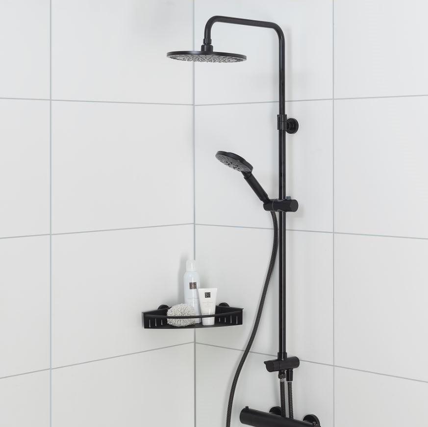 Industriele badkamer met zwarte regendouche Tiger #badkamer #industrieel #badkamerinspiratie #douche