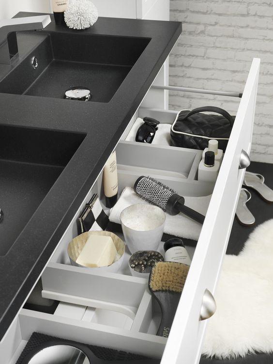 Industriële badkamer met zwarte accessoires Tiger #badkamer #industrieel #tiger #accesoires #badkamerinspiratie