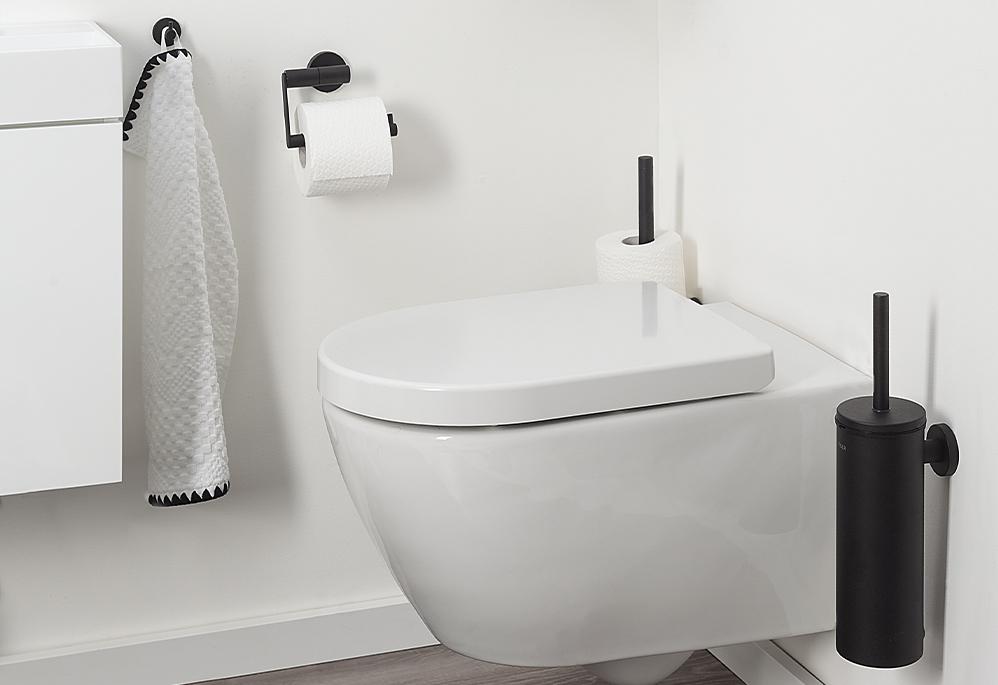 Toilet met zwarte accessoires Tiger #toilet #zwart #industrieel