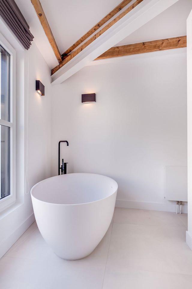Prachtige badkamer met vrijstaand bad van Tortu #badkamer