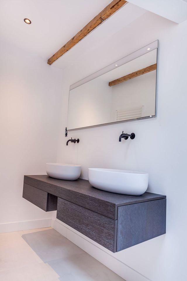 Prachtige badkamer met opzetkommen op de wastafel van Tortu - Dutch Design