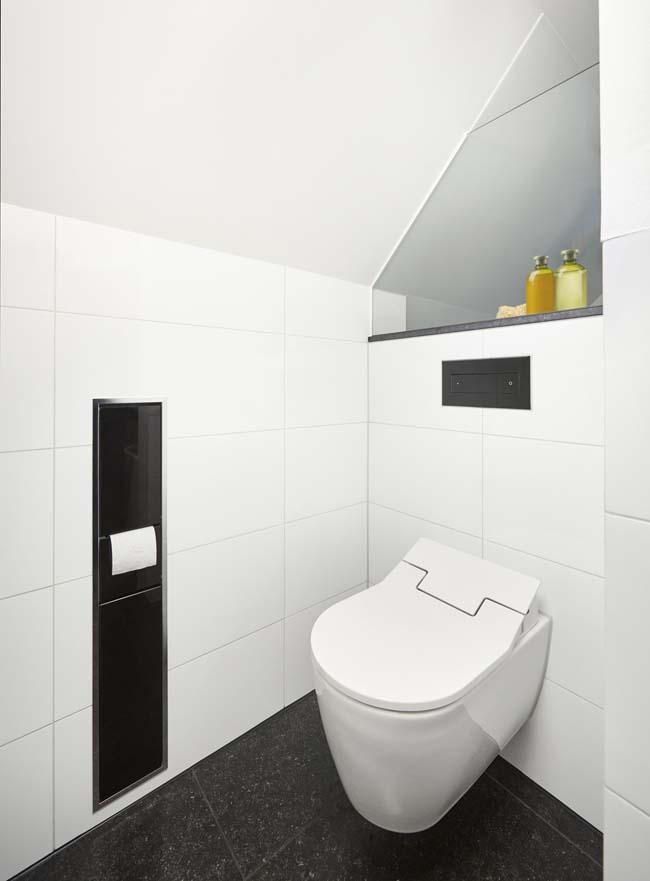 Badkamer onder schuin dak. Toilet met bedieningsplaat uit de Visign for Style serie #toilet #verbouwen #badkamer #viega