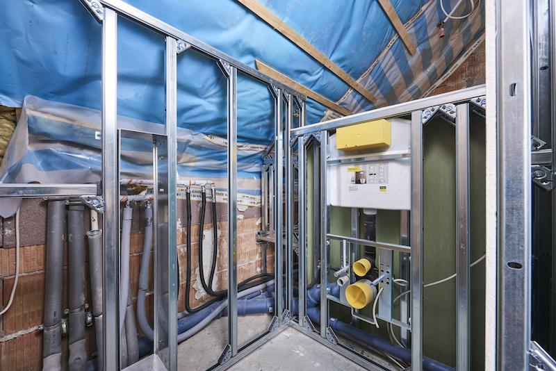 Nieuwe badkamer bouwen - steptec voorwandsysteem van Viega verdeeld de aparte onderdelen: wasgedeelte, wc, bad en douchezone #viega
