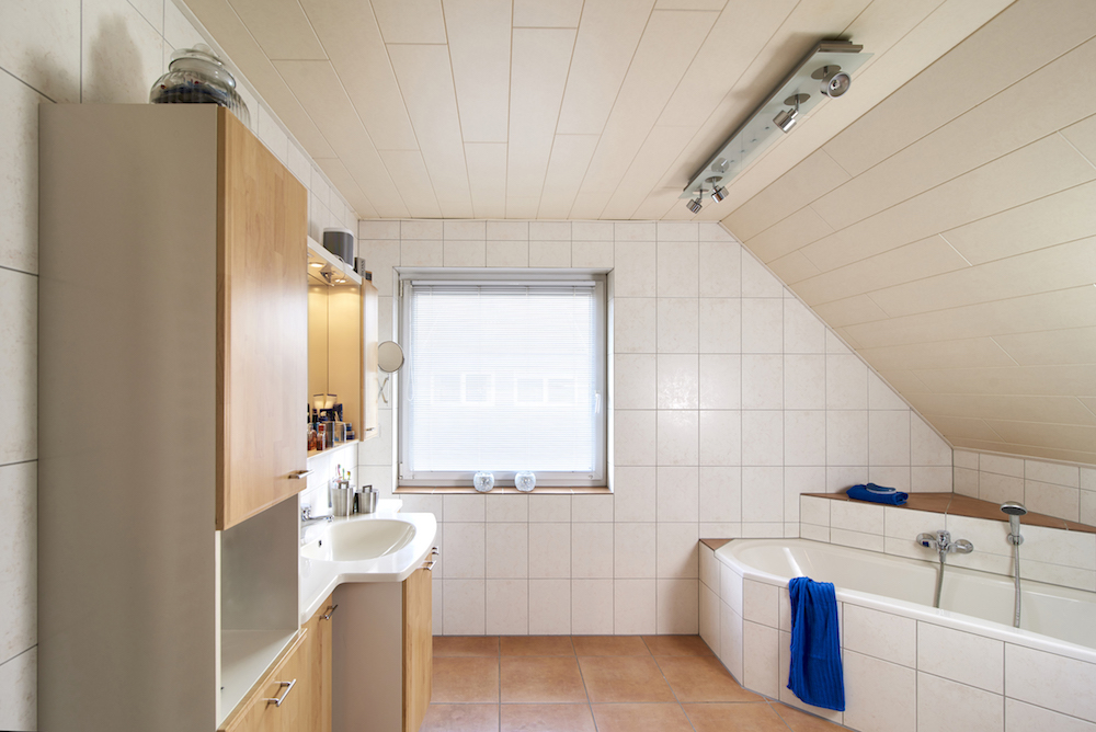 Oude badkamer onder schuin dak, voor de metamorfose