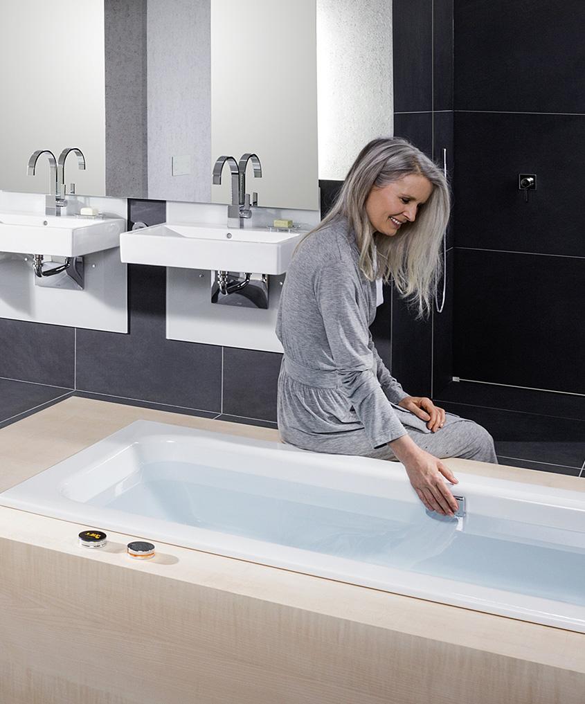 Bad met elektronisch gestuurde badarmaturen uit de Multiplex Trio E-serie van Viega. Voor een levensloopbestendige badkamer