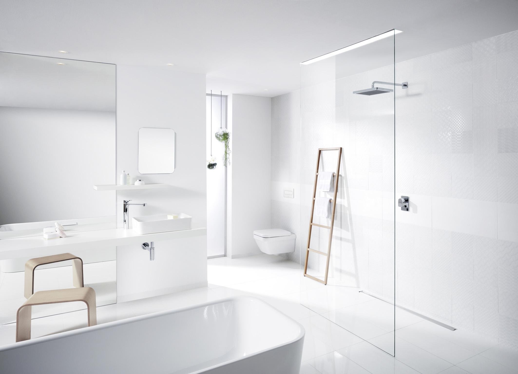 Witte badkamer volgens de laatste woontrends met producten van Viega #badkamer #badkamerinspiratie #inloopdouche #viega