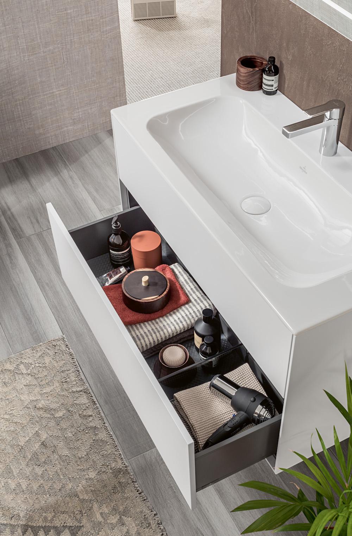 Badkamermeubel met perfecte opbergmogelijkheden. Het nieuwste badkamermeubel Finion met wastafel van TitanCeram van Villeroy & Boch voor de wellness badkamer #badkamerinspiratie #badkameridee #badkamer #badkamermeubel #badkamertrends #villeroyboch