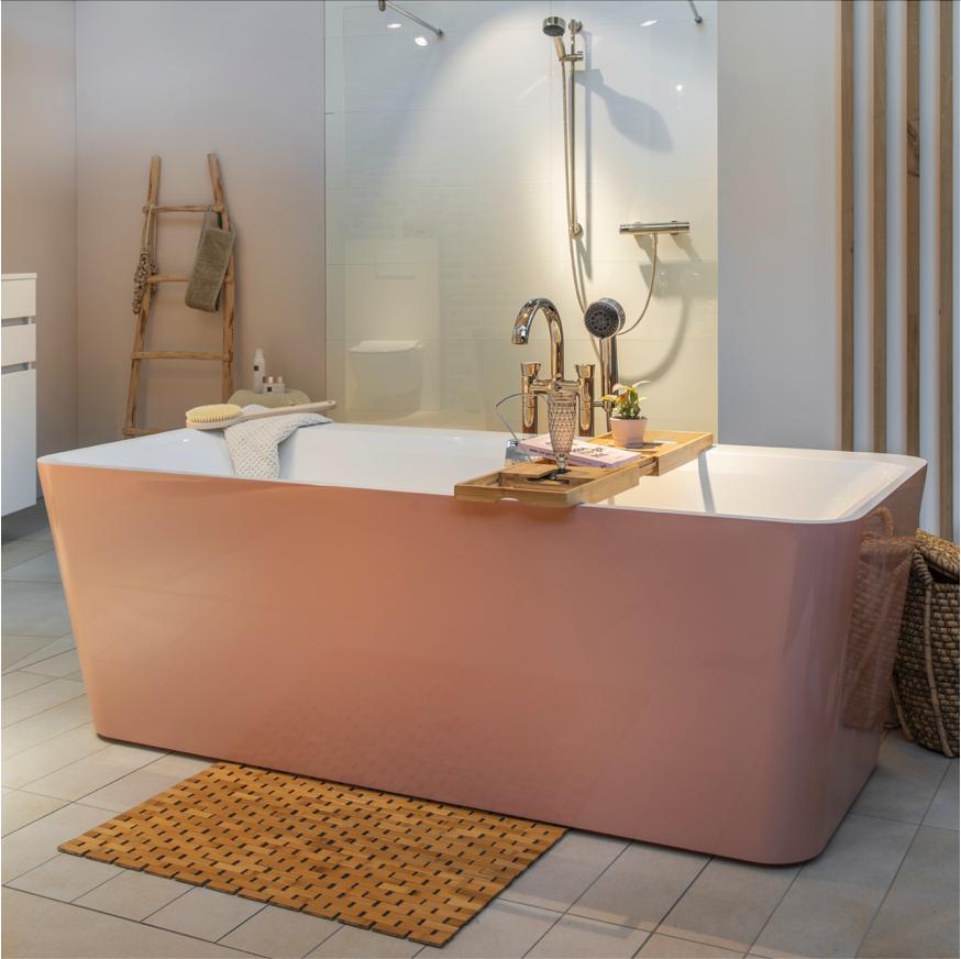 Badkamer met vrijstaand bad Square Edge van Villeroy & Boch #bad #badkamer #badkamerinspiratie #villeroyboch #roze
