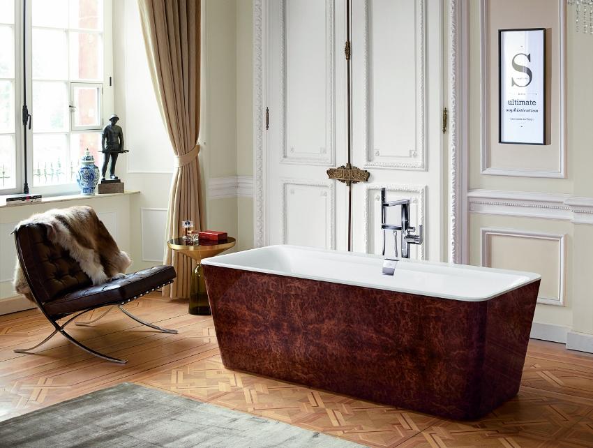 Villeroy & Boch geeft exclusieve luxe in de badkamer de naam: Squaro Prestige. De slanke vormen van het bad zijn te danken aan het innovatieve materiaal Quaryl®. Elke bad wordt met de hand gemaakt en afgewerkt met een lakcoating. Ze zijn verkrijgbaar in de kleuren Dark Chestnut, Rouble Burl Wood, Satin Walnut, Yew, European Oak en Smoked Oak. Én, helemaal speciaal, de Squaro Prestige is ook leverbaar met een leren bekleding.