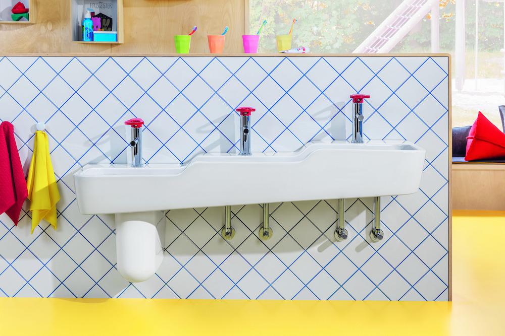 Badkamer met sanitair speciaal voor kinderen van Villeroy & Boch. O.novo innovatieve en kindervriendelijke sanitair-collectie #villeroyboch #onovo #kinderen #badkamer #kinderbadkamer #wastafel #kinderwastafel #badkamerinspiratie #kleur