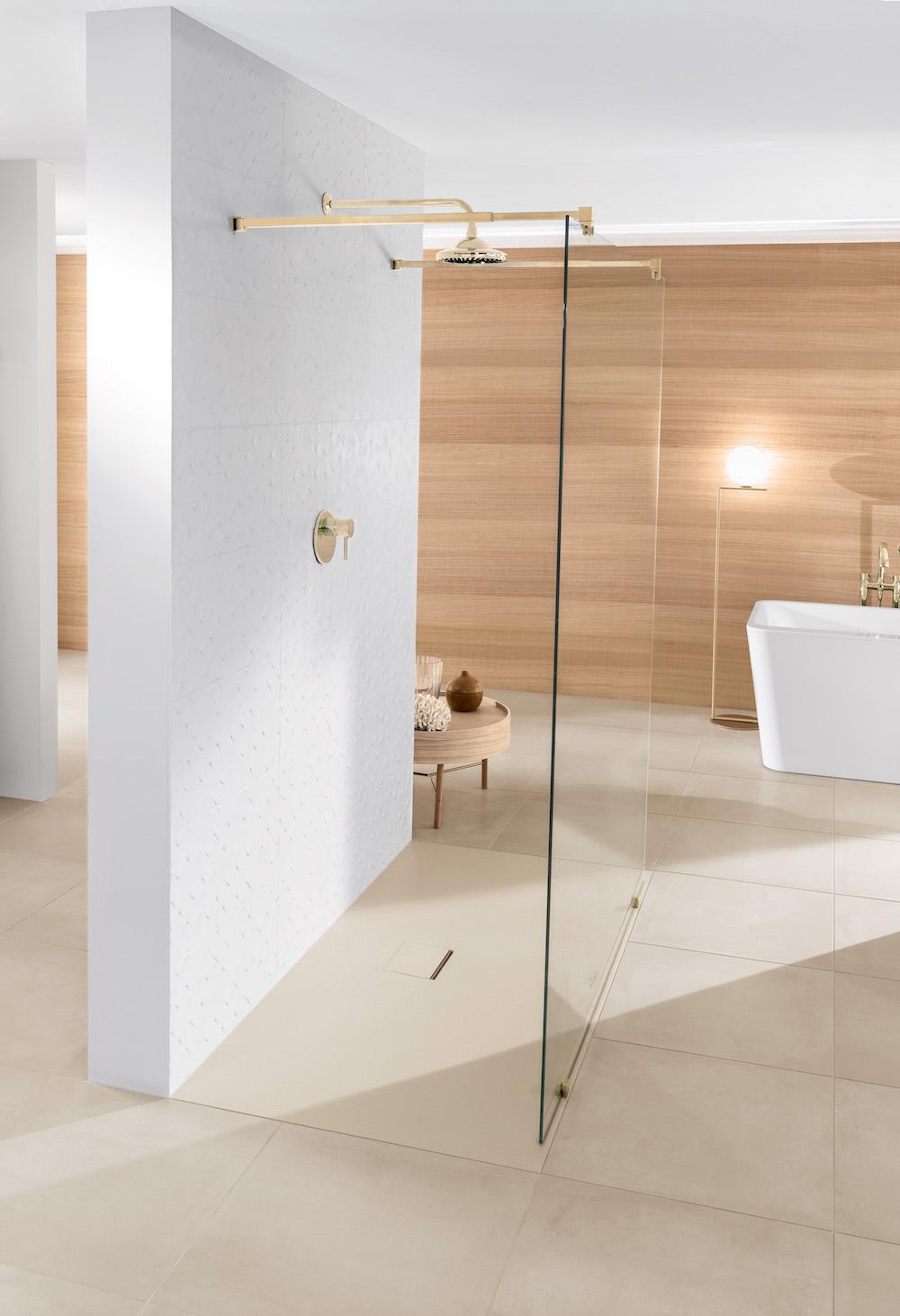 Inloopdouche met douchevloer Squaro Infinity van Villeroy & Boch. Door materiaal Quaryl kan deze douchevloer zich aan vrijwel elke ruimtelijke situatie aanpassen. #badkamer #douche