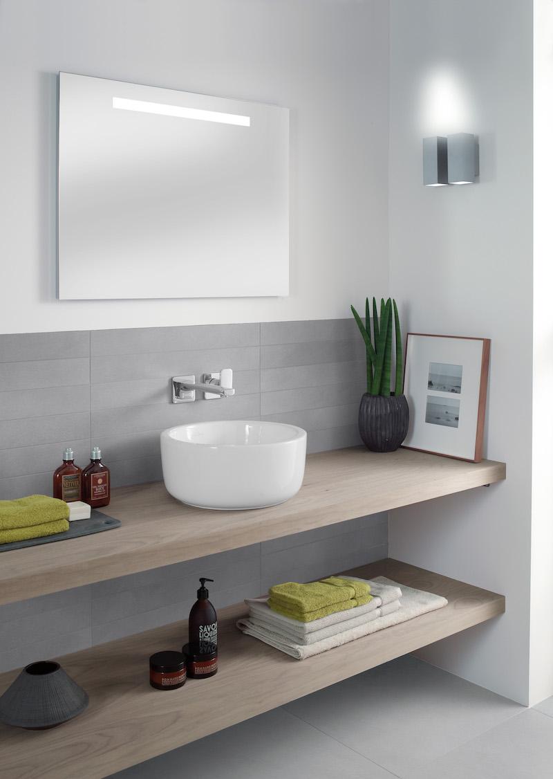 Waskom op houten wastafelblad in de badkamer van Villeroy & Boch. Systeemoplossing Archtectura voor eenvoudige installatie #villeroyboch #badkamer #wastafel