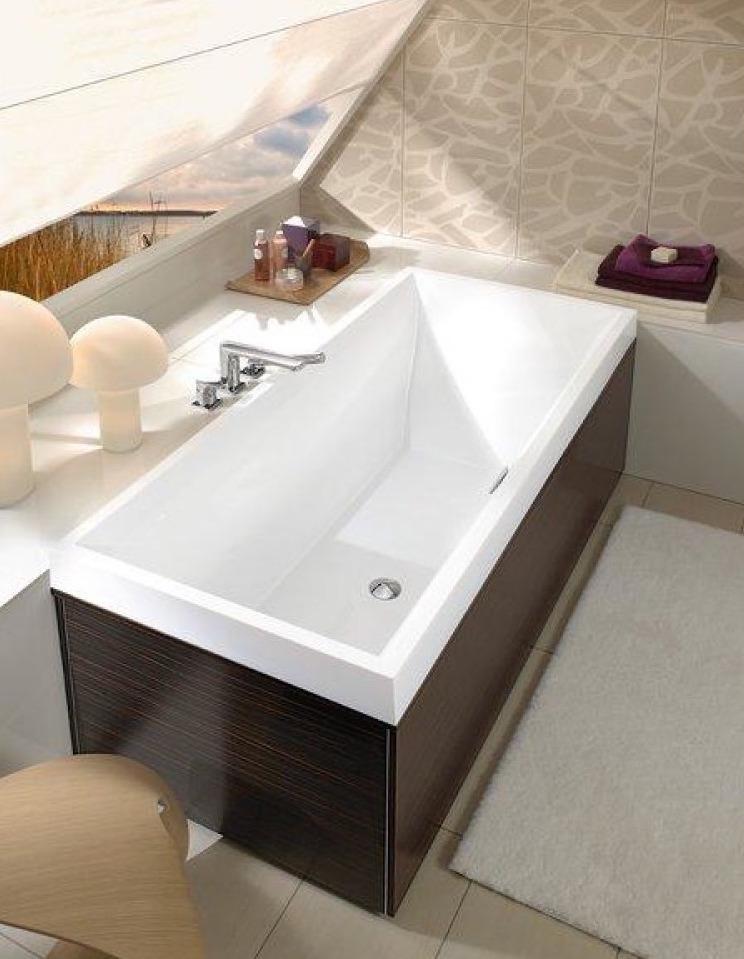 Badkamer op zolder onder schuin dak. Villeroy & Boch bad Squaro slim. Ook verkrijgbaar als whirlpool