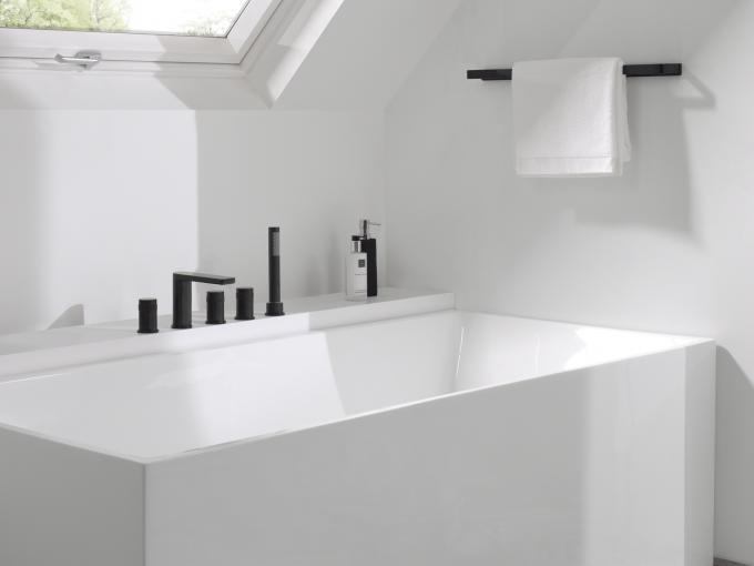 Zwarte badkraan Sonic voor badrand inclusief handdouche en stang. Met ontkalkfunctie en Safe touch van X2O #bad #badkraan #kraan #badkamer #badkamerinspiratie