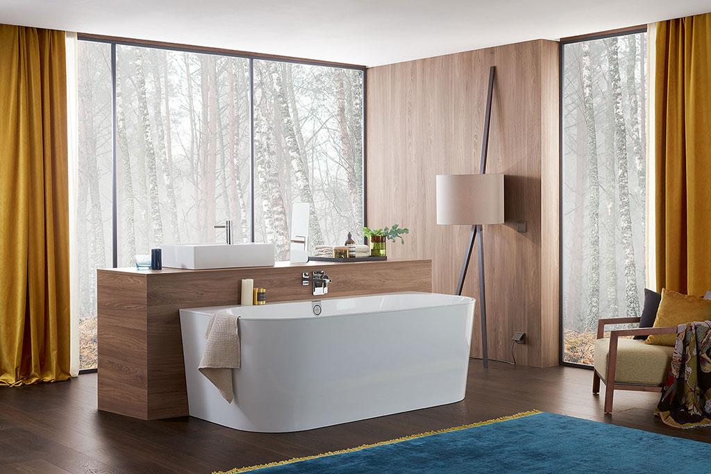 Bad Oberon van Villeroy & Boch gemaakt van het hoogwaardige Quaryl®. Verkrijgbaar met een whirlpoolsysteem – eindeloos bubbelen. Een andere innovatie is de ViSound-geluidsinstallatie. Hiermee kun je audio vanaf een smartphone, tablet of elk ander apparaat met Bluetooth® streamen. Het bad wordt hierbij een klankkast en zorgt voor een perfect geluid. #bad #badkamer #badkamerinspiratie #villeroyboch