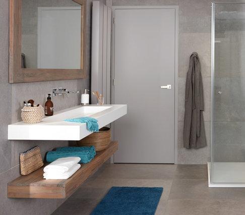 Badkamertrends. De badkamer styliste van Baden+ bekijkt de badkamertrends. Houten meubels en houten accessoires in de badkamer #badenplus #hout #badkamer #verbouwen #baden+