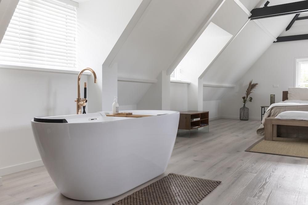 Vrijstaand bad in de slaapkamer met Hotbath badkraan Cobber rose goud #bad #badkraan #badkamer #hotbath #cobber