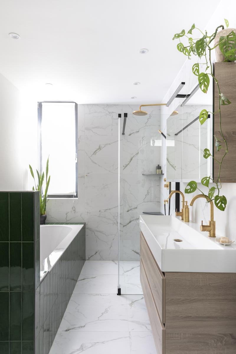 Trendy kranen voor de badkamer van Hotbath. Kranen Cobber van geborsteld messing #hotbath #badkamer #kranen #messing