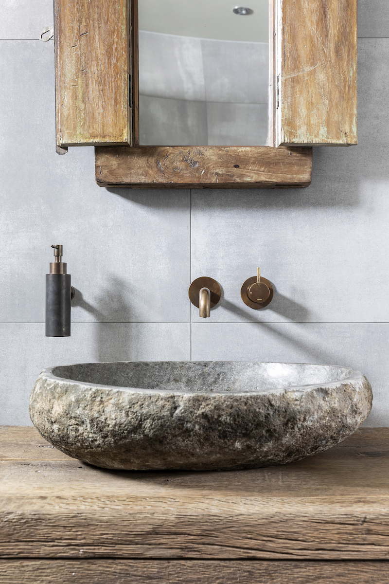 Wandkranen badkamer. Cobber verouderd messing met waskom #badkamer #hotbath #wandkraan #cobber #messing #waskom
