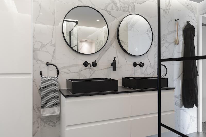Zwarte kranen in de badkamer. Hotbath Cobber X wandkranen #kraan #kranen #badkamer #hotbath #wandkranen #zwart