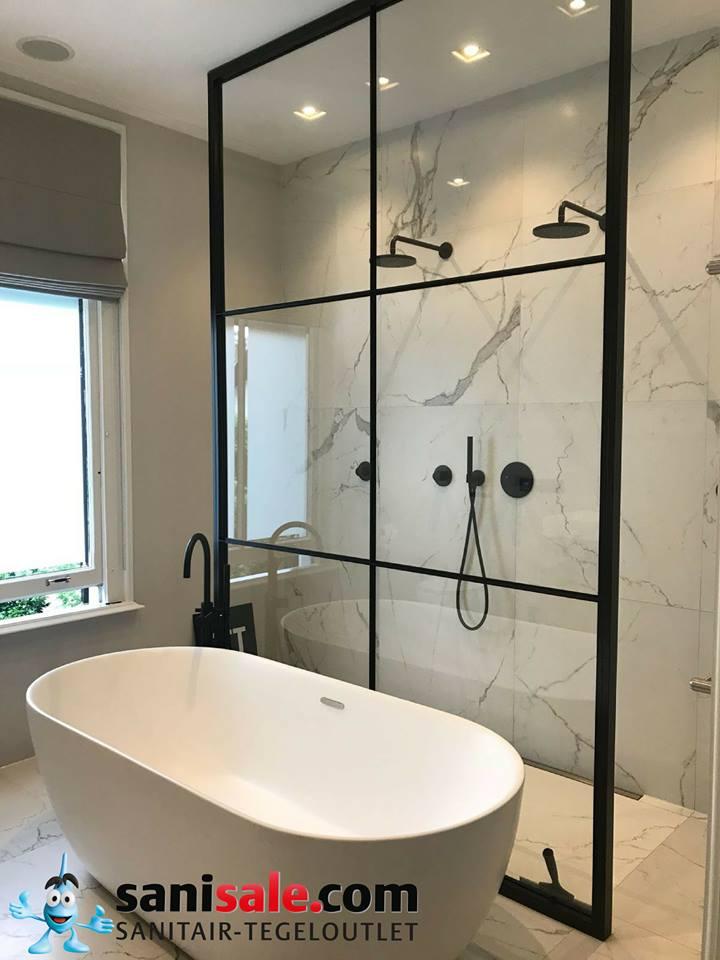 Douche met marmer en douchewand met zwart lijnenspel via Sanisale.com. Industriële badkamer #badkamer #douche #badkamerinspiratie #marmer #industrieel #sanisale