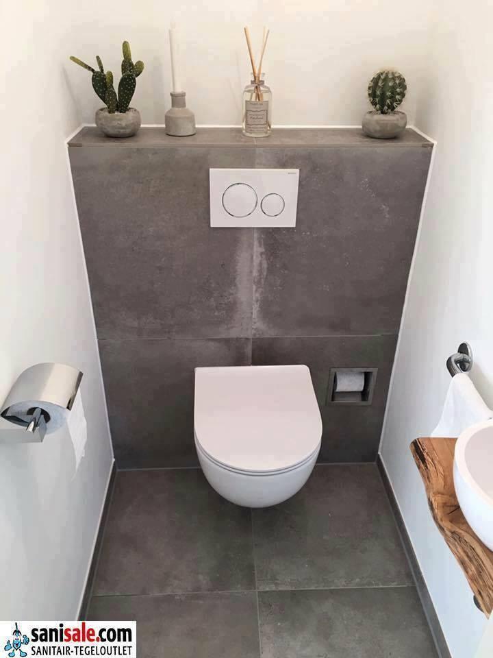 Toilet ruimte met keramische tegels in betonlook en fonteintje met houten wastafelblad via Sanisale.com #badkamerinspiratie #toilet #toiletruimte #sanisale