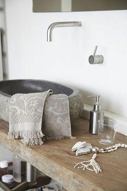 Badkamerinspiratie: houten wastafelblad met waskom van natuursteen