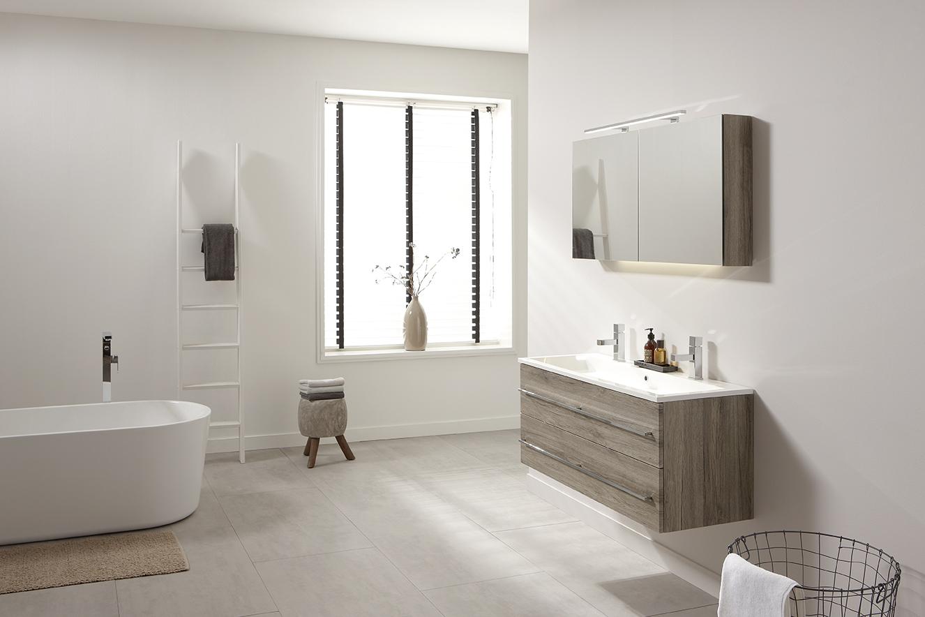 Badkamermeubels met warme houtkleur van thebalux nieuws startpagina voor badkamer idee n uw - Witte matte tegel ...