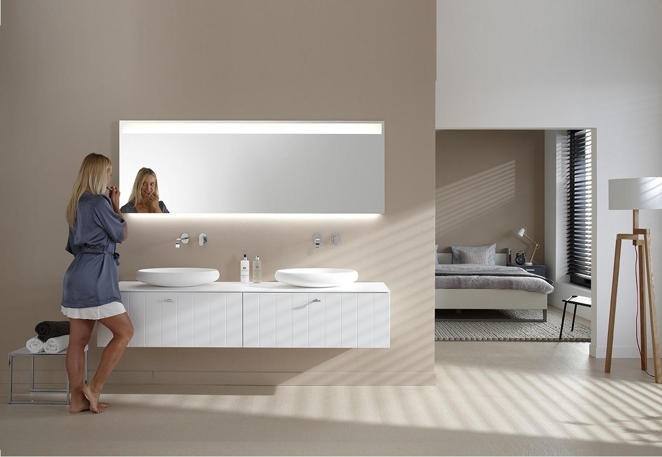 Badkamermeubel Solid X met LED spiegel BigLine van Thebalux met verlichting aan de onderzijde en bovenin de spiegel.
