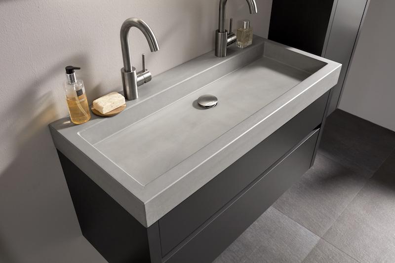 Beton in de badkamer: badkamermeubel Beat 2.0 met betonnen wastafel en antraciet meubel #thebalux #badkamer #badkamermeubel #wastafel #beton #badkamertrends