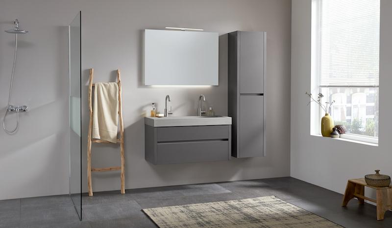 Beton in de badkamer: badkamermeubel Beat 2.0 met betonnen wastafel en hoogglans meubel in antraciet #thebalux #badkamer #badkamermeubel #wastafel #beton #badkamertrends