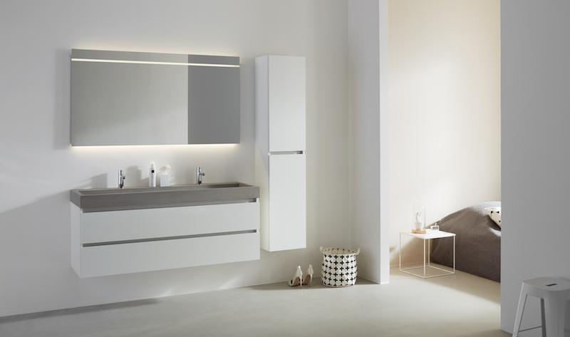 Beton in de badkamer: badkamermeubel Beat 2.0 met betonnen wastafel en wit hoogglans meubel #thebalux #badkamer #badkamermeubel #wastafel #beton #badkamertrends
