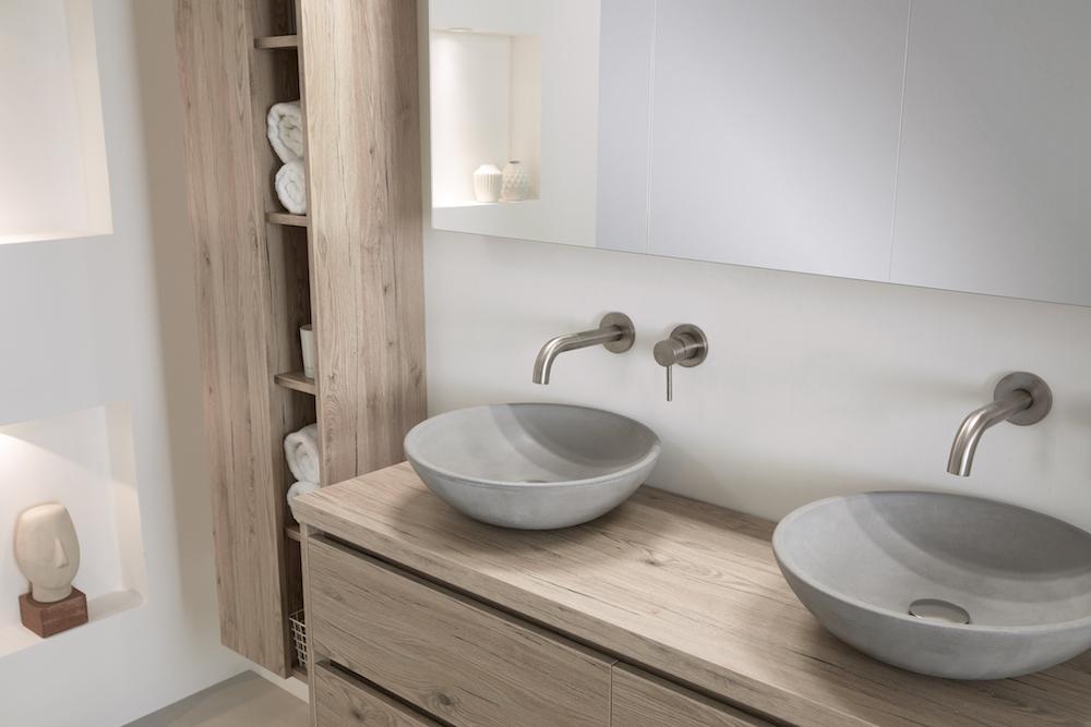 Beton in de badkamer: badkamermeubel Beat 2.0 met betonnen waskommen en meubel van hout #thebalux #badkamer #badkamermeubel #wastafel #beton #badkamertrends
