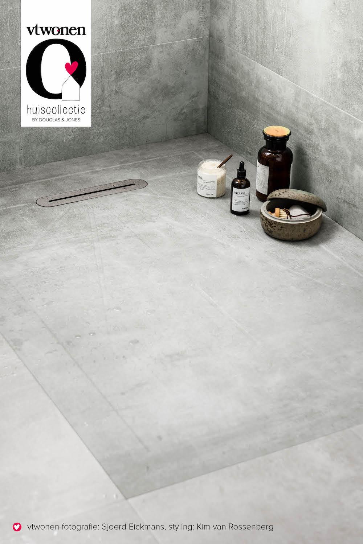 Nieuw voor de badkamer: vtwonen tegels by Douglas & Jones tot in de douche. Bijpassnede douchetegel Mol #vtwonen #badkamer #badkamervloer #douchevloer #badkamerinspiratie #vtwonen