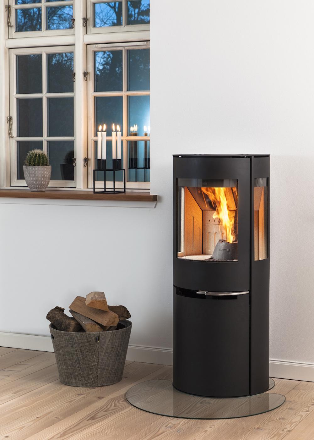Wil je na een lange dag werken graag thuiskomen in een verwarmd huis? Dat kan door je hybride kachel eenvoudigweg te programmeren op pellets. Geniet je 's avonds liever van gezellige vlammen en een houtvuur? Dan hervul je deze kachel met een paar houtblokken! Aduro H1 #pelletkachel #houtkachel #aduro