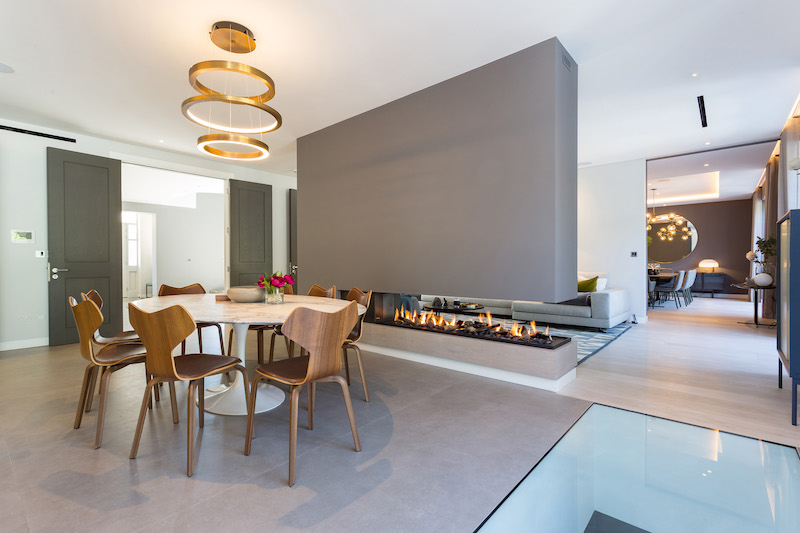 Boley doorkijkhaard. Gashaard van Boley op maat gemaakt tussen keuken en woonkamer #boley #gashaard #haardeninspiratie #interieur #design #doorkijkhaard