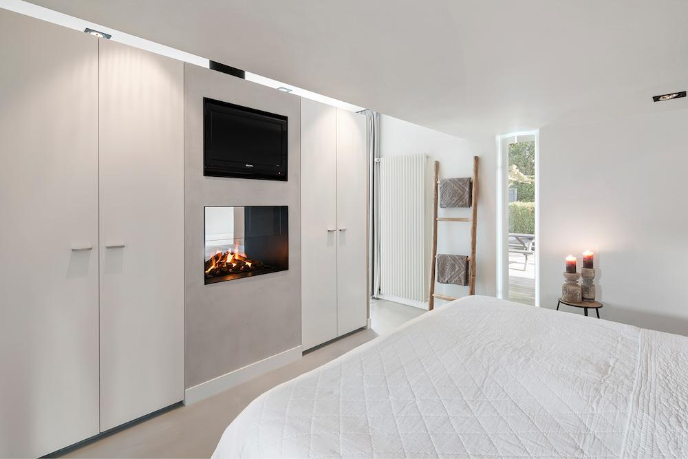 Slaapkamer met Boley gashaard als ruimteverdeler tussen badkamer en slaapkamer #interieur #slaapkamer #haard #designhaard #boley