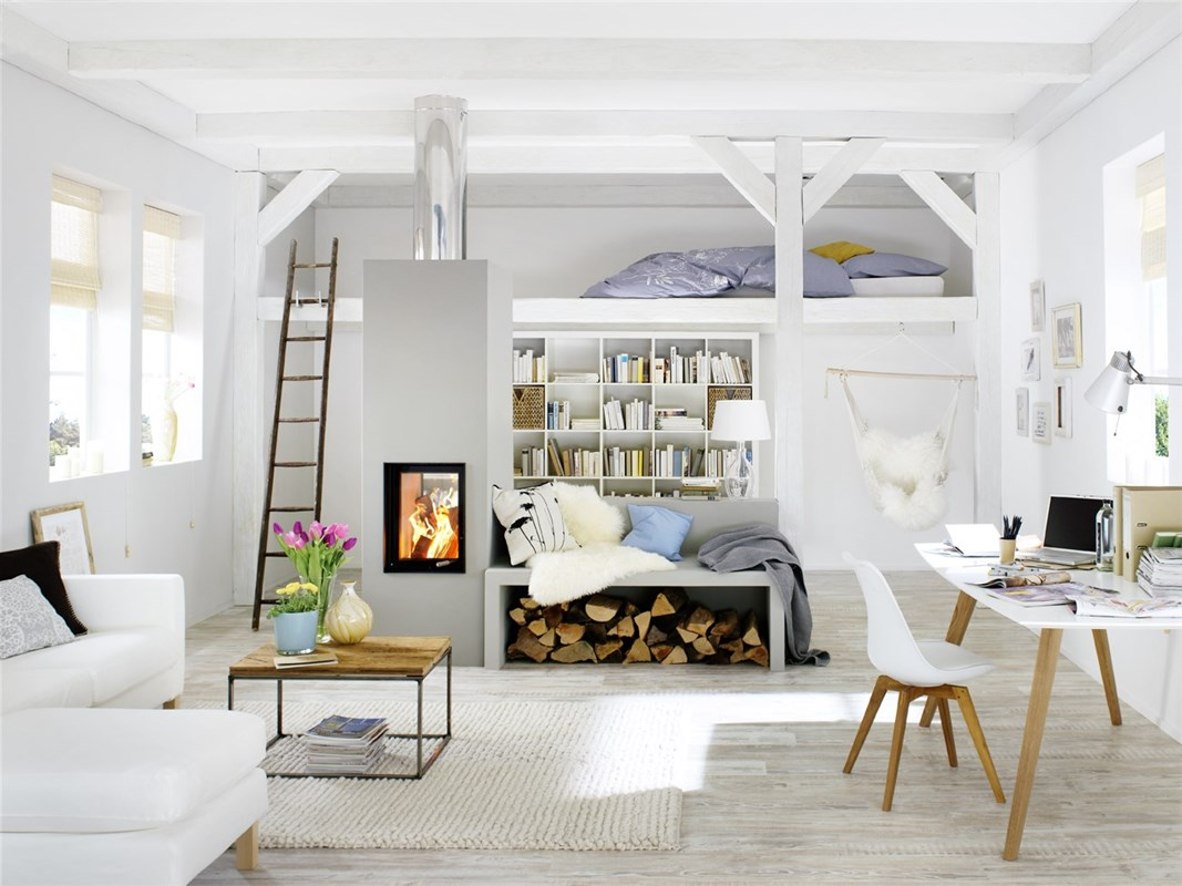 Brunner BSO modulaire kachel op hout gestookt met warmteopslag en stralingswarmte als ruimteverdeler (doorkijkmodel) in Zweeds appartement