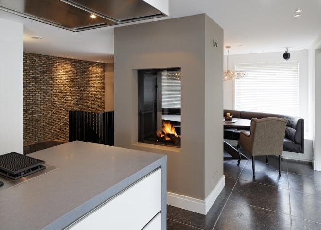 Keuken met gasgestookte doorkijkhaard van Boley als ruimteverdeler