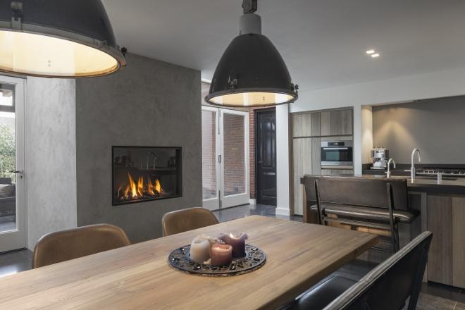 Keuken met gasgestookte liftdeurhaard Luna Diamond van M-Design - via ...