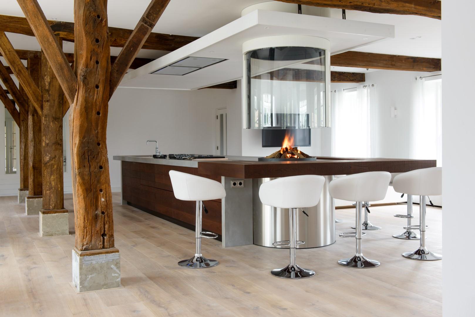 Een haard of houtkachel in de keuken wonen - Moderne keuken en woonkamer ...