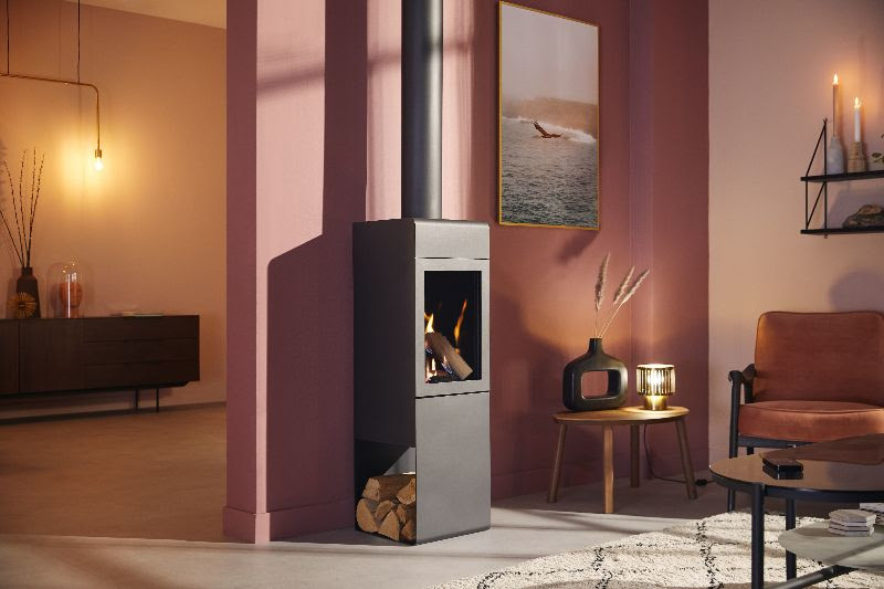Vrijstaande gashaard Helex Zircon met open zijkant voor houtblokken of accessoires. Compacte gashaard met wi-fi bediening en afstandsbediening #gashaard #helex #zircon #interieur