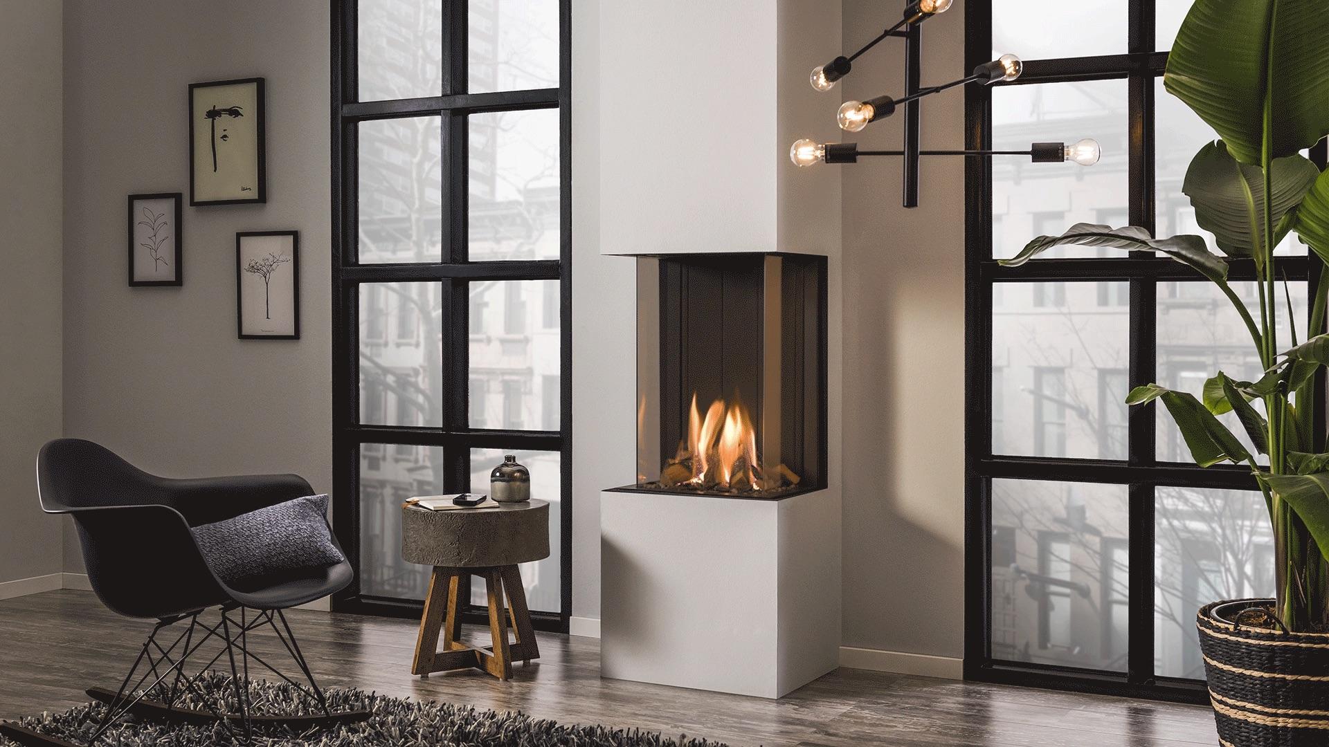 Gashaard in de woonkamer. Kleine driezijdige gashaard I Frame 38 via Helex #gashaard #helex #haardeninspiratie