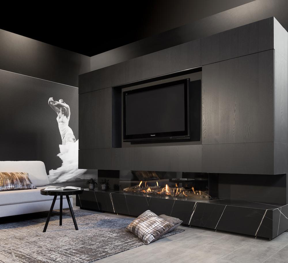 Haarden-trends voor deze winter - gashaard Kalfire G170-37s Designhaard in televisiewand #gashaard #kalfire #interieur #haard
