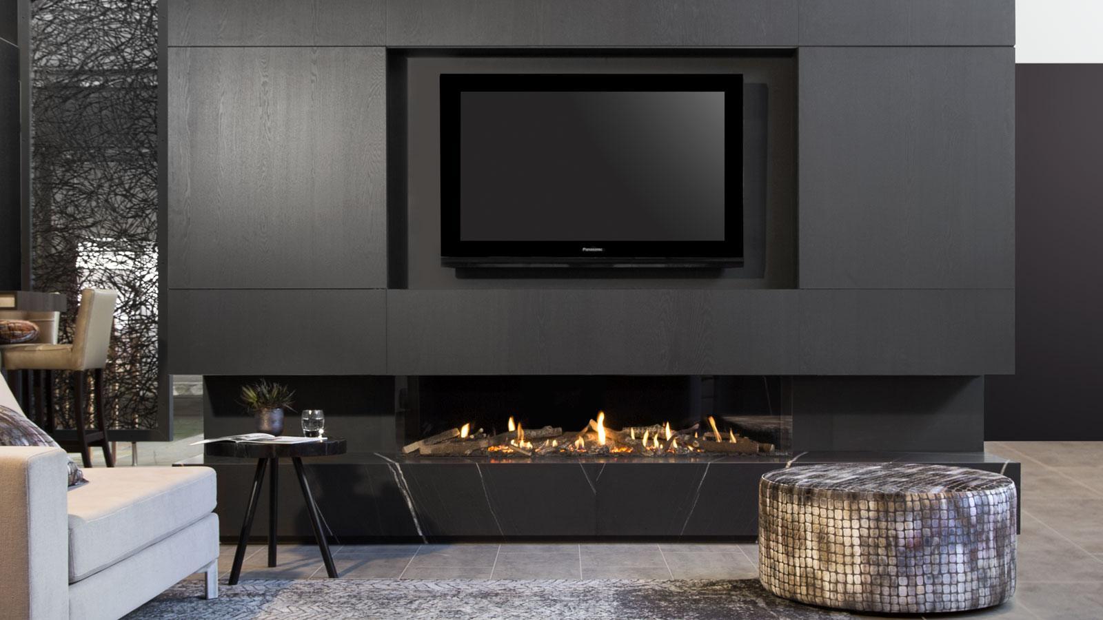 Haardentrends van dit najaar. Kalfire haard G170-37S in kastenwand met televisie #haard #haardentrends #interieur #interieurinspiratie #modern