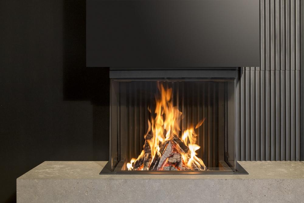 3-zijdige gesloten houthaard Heat Pure 66 van Kal-Fire met vrij zicht op het vuur dooradt geen enkel technisch onderdeel zichtbaar is in de ruiten.