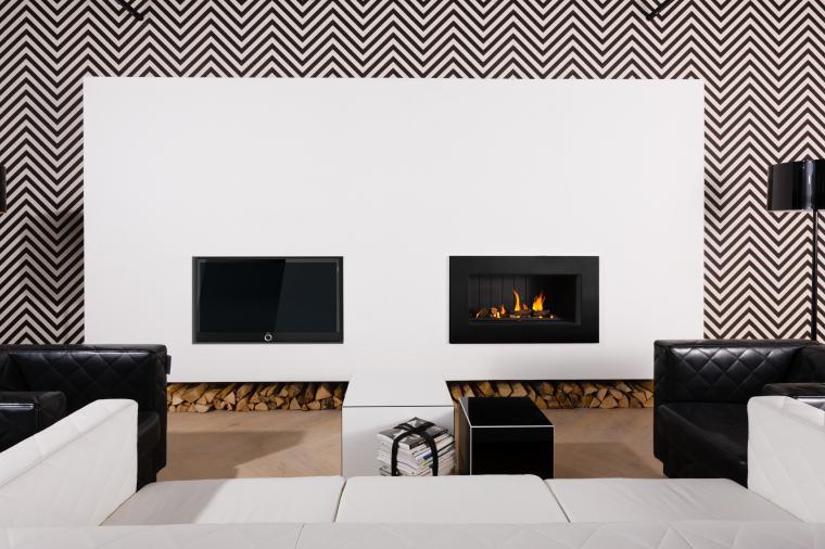 Meubel met inbouwhaard en televisie van Jan des Bouvrie. De haard brandt op gas en hout -Kombifire