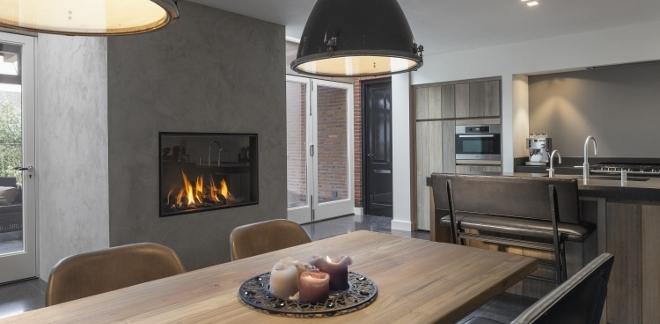 Landelijke houten keuken met gesloten gashaard van M-Design via Boley #landelijk #hout #gashaard