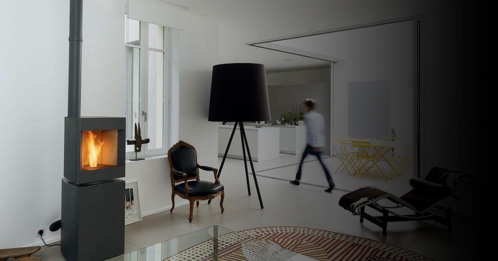 Stuv P-10 pelletkachel in architectenwoning in Nimes. Gerenoveerd door kantoor Roulle-Oliveira Architectes #stuv #pelletkachel #architectes #roulleoliveira
