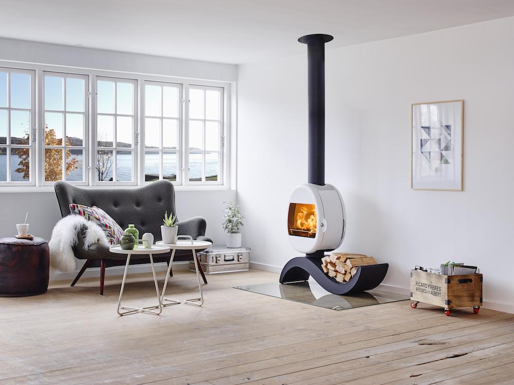 Prachtige ronde houtkachel in wit met zwart met bijzondere design voet. Scan 66-5